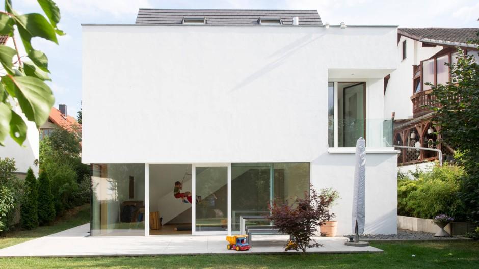 Neubau: Gezielt plazierte Öffnungen setzen den Raum ins rechte Licht.