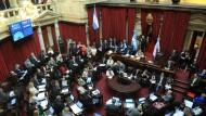 14 Stunden debattierte der Senat, nun ist die letzte Hürde genommen, den Schuldenstreit zwischen Argentinien und einigen Hedgefonds beizulegen.