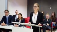 Nur die Ruhe: Jurastudentin Nina Schwartz vom Team der LMU München stellt sich bei der Vorausscheidung einem Gremium renommierter Experten.