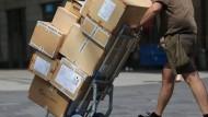 Ein Paketbote in Köln bei der Auslieferung.