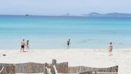 Mehrere Personen baden am Strand von Ses Illetes auf Formentera.