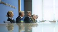 In der Bundespressekonferenz ist die AfD schon angekommen, bald kommt sie auch ins Parlament: AfD-Spitzenkandidaten Weidel und Gauland (2. von rechts)