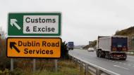 Um diese Grenze dreht sich der Streit: Hinweisschild auf eine Zollstation in Nordirland.