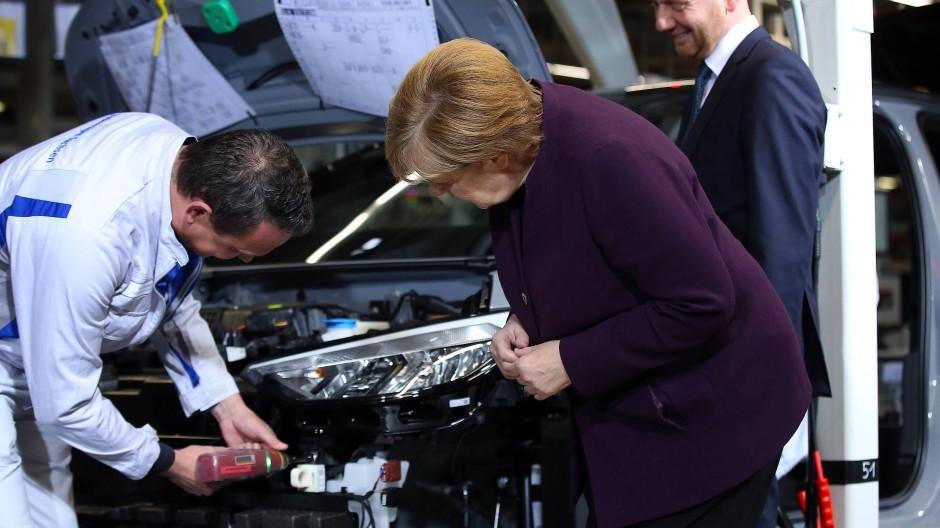 Arbeit an der Zukunft: Bundeskanzlerin Angela Merkel lässt sich im Jahr 2019 die Elektroauto-Produktion von Volkswagen in Zwickau zeigen.