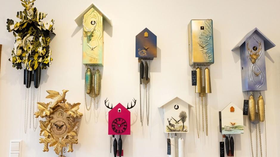 Schonach im Schwarzwald: Modern gestaltete Kuckucksuhren hängen im Verkaufsraum der Firma Rombach & Haas.