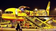 Ein DHL-Flugzeug wird am Frachtdrehkreuz Leipzig/Halle entladen.