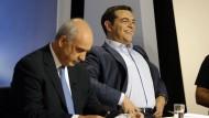 ND-Chef Evangelos Meimarakis (l) neben Ministerpräsident Alexis Tsipras während einer Fernsehdebatte der griechischen Parteiführer.
