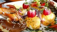 Obazda wird oft mit Brezel oder Brot serviert.