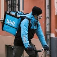 Ein Kurier von Wolt in seiner hellblauen Arbeitsmontur.