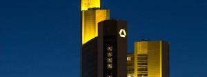 Der Commerzbank-Turm in der Dämmerung.