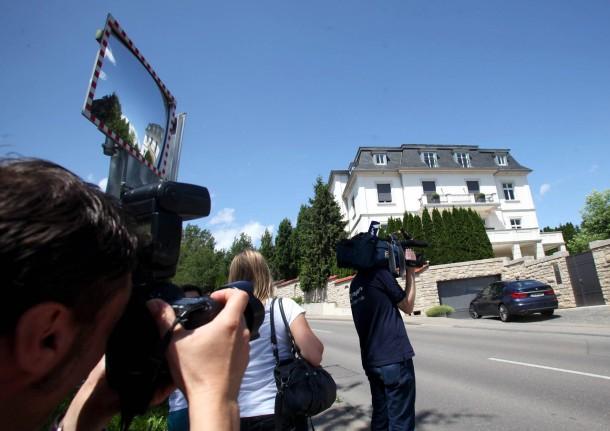 Journalisten vor dem Anwesen des Schlecker-Gründers in Ehingen, während Ermittler das Haus durchsuchen.
