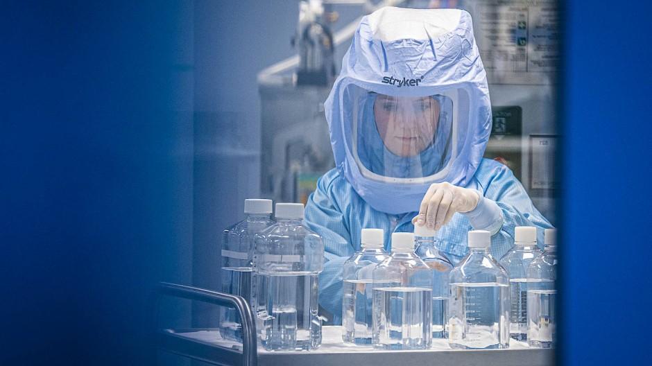 Im Reinraum eines Impfstoff-Produktionsstandorts