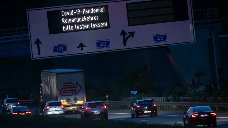 Hinweis an der Autobahn: Wer folgt?