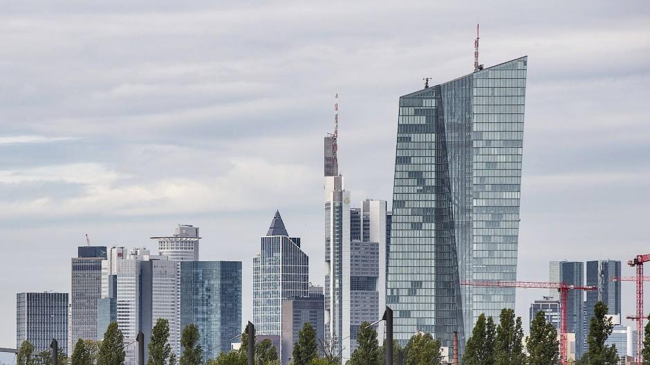 Der EZB-Turm in Frankfurt, dahinter die Bankentürme.