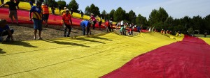 Menschen spannen in Sant Cugat del Valles eine riesige Flagge der Unabhängigkeit Kataloniens, genannt Estelada, auf.