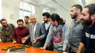 Fixpunkt: Rayan Abdullah, Professor für Typographie an der Hochschule für Grafik und Buchkunst, im Kreise seiner Erstsemester.