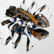 Die Festo-Ameise, übersät mit Leiterplatten und ausgestattet mit moderner Technik zeigt, wie kooperatives Arbeiten aussehen kann.