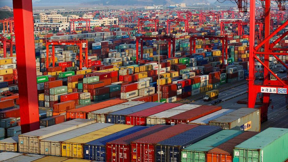 Millionen Tonnen Fracht: Container stehen im Tiefseehafen von Schanghai zur Verladung bereit.