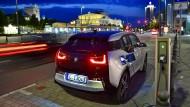 Ein elektrisch angetriebener BMW i3 parkt am Augustusplatz in Leipzig an einer Ladesäule für Elektrofahrzeuge.
