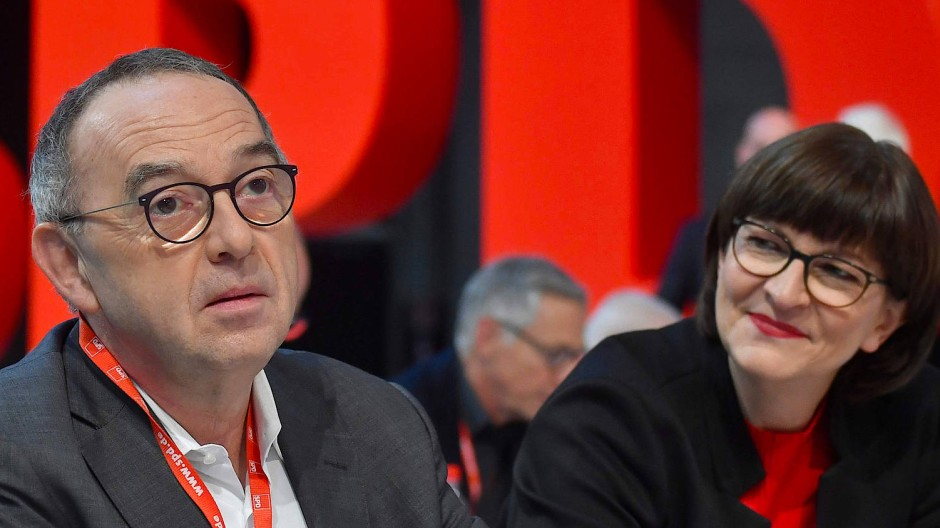 Frisch gewählt: Norbert Walter-Borjans und Saskia Esken auf dem SPD-Parteitag in Berlin an diesem Sonntag.
