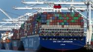 Ein Containerschiff im Hafen von Oakland