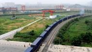 Auf dem Weg nach Europa: Ein Güterzug kurz nach Fahrtbeginn in Zhengzhou