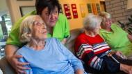 Gruppenforschung mit Demenzkranken ist künftig möglich, allerdings müssen die Patienten früher, als sie noch selbstbestimmt entscheiden konnten, ausdrücklich eingewilligt haben, an solchen Studien teilnehmen zu wollen.