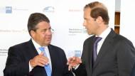 Wirtschaftsminister Sigmar Gabriel und der russische Industrieminister Denis Manturow (r.).