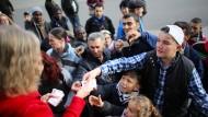 Flüchtlinge bei der Tafel Mechernich: EU-Ausländer haben Anspruch auf Sozialhilfe.