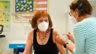 Im Landkreis Hof werden im Rahmen eines Pilotprojektes Corona-Impfungen durch Hausarztpraxen erprobt.