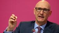 Timotheus Höttges, Vorstandsvorsitzender der Deutschen Telekom, spricht auf der Bilanzpressekonferenz in Bonn.