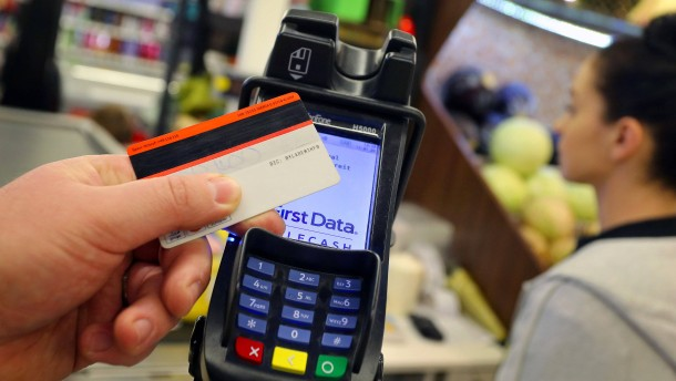 Deutsche zahlen mit der Girokarte so viel wie noch nie