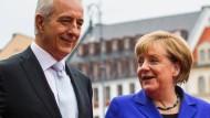 An dem Gespräch mit Bundeskanzlerin Angela Merkel (CDU) nehmen mehrere Ministerpräsidenten wie Sachsens Regierungschef Stanislaw Tillich teil.