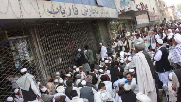 Schlangen vor Filialen der Kabul Bank