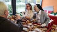 Ehrenamtliche Mitarbeiter der Nürnberger Tafel verteilen Lebensmittel.