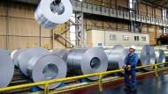 Ein Thyssen-Mitarbeiter sortiert verzinkte Stahlblechrollen im Werk in Duisburg.