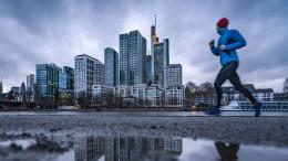 Banken kämpfen im Abschwung an zwei Fronten