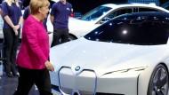 Angela Merkel begutachtet auf der IAA den elektrischen Sportflitzer von BMW.