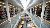 Bibliothek der Fernuni Hagen. Hier kennt man die Klientel der Studenten ohne Abitur besser als anderswo.