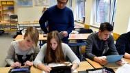 In deutschen Klassenzimmern müsste noch viel häufiger mit Hilfe von Computern und Tablets gelernt werden, finden die meisten Lehrer.