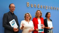 Svenja Schulze mit Uwe Nestle (l-r), Claudia Kemfert und Katja Rietzler