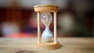 """Die Zeit läuft: Studenten können sich von der """"Regelstudienzeit"""" ganz schön unter Druck gesetzt fühlen."""