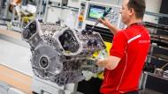 Ein Porsche-Mitarbeiter im Motorenwerk in Stuttgart.