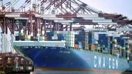 Ein Containerschiff liegt im Hafen von Qingdao in China.