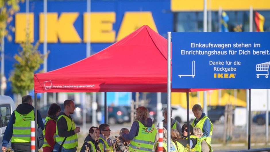 Ikea-Beschäftigte streiken am Dienstag in Magdeburg.