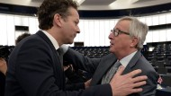 Junckers bevorzugte Geste: Der Kommissionspräsident (rechts) herzt Eurogruppenchef Dijsselbloem.
