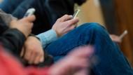 Auch Warten ist mit Smartphone angenehmer.