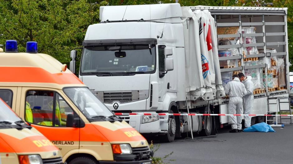 Der Lastwagen wird untersucht. Er war auf der Autobahn 12 im Grenzgebiet zu Polen von der Bundespolizei gestoppt worden.