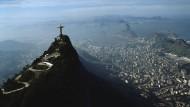Einer der ikonischsten Ausblicke der Welt: Rio de Janeiro mit der Christusstatue im Vordergrund.