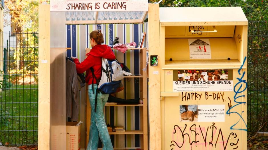 """Es geht auch ohne Geld: eine sogenannte """"Givebox"""" in Berlin, in der man gebrauchte Sachen hinterlassen kann, um sie zu verschenken"""